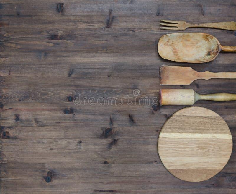 Différents outils en bois de cuisine sur la table images stock