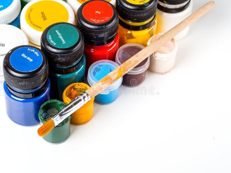 Différents pots avec la peinture et la brosse sur un fond blanc Pour la créativité du ` s d'enfants photos libres de droits