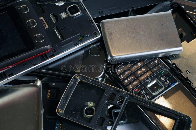 Différents téléphones et smartphones non appropriés à la réparation Chute électronique images libres de droits
