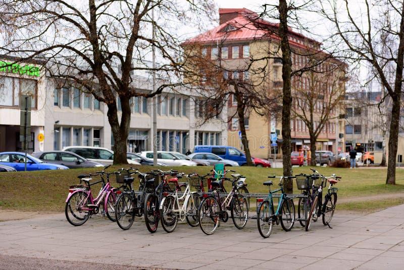 Différents types de bicyclettes de ville dans une rangée sur le stationnement sur la rue dans l'Européen images libres de droits
