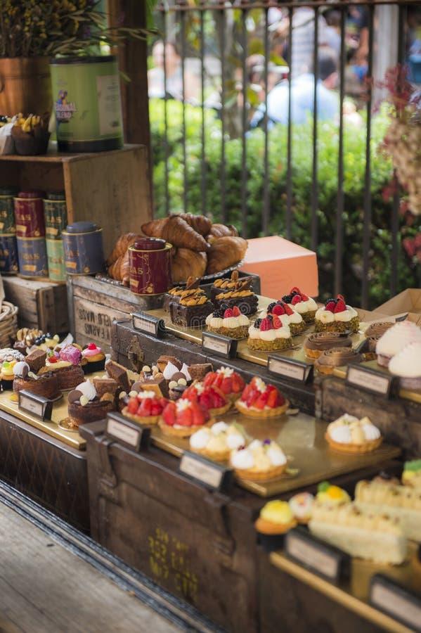 Différents types de gâteaux dans la boutique de pâtisserie images stock