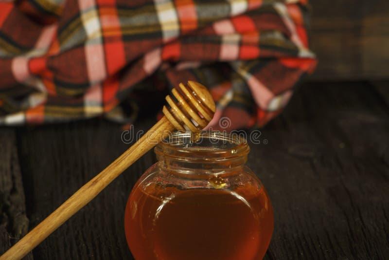 Différents types de miel dans le pot en verre sur le fond rustique en bois Miel dans un choc en verre Le miel est une alimentatio photographie stock