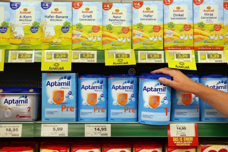 Différents types de nutrition de bébé dans un supermarché images stock