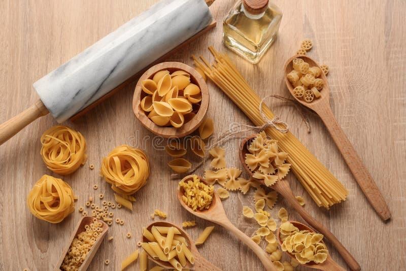 Différents types de pâtes crues sur la table en bois photographie stock libre de droits