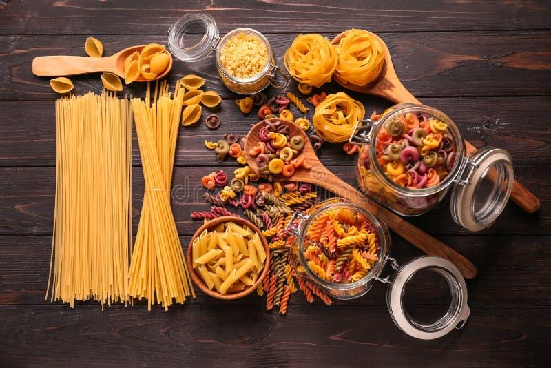Différents types de pâtes crues sur la table en bois image stock