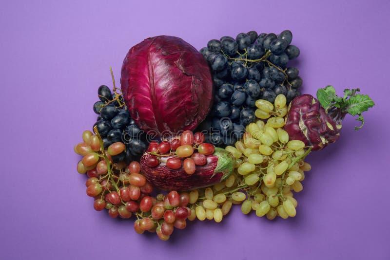 Différents types de raisins avec des légumes sur le fond de couleur image stock