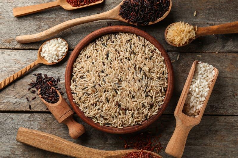 Différents types de riz dans la vaisselle de cuisine sur la table en bois photos libres de droits