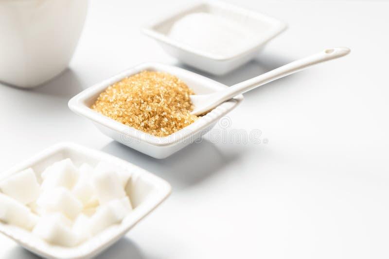 Différents types de sucres dans les cuvettes blanches photographie stock libre de droits