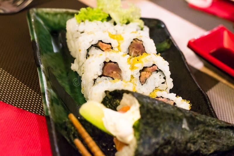 Différents types de sushi, saumons (épicés), avocat, fromage de philadephiia et riz blanc enveloppés dans l'algue images stock