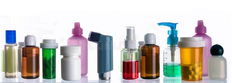 Différents types des emballages cosmétiques et de médecines d'isolement sur le fond blanc photos stock