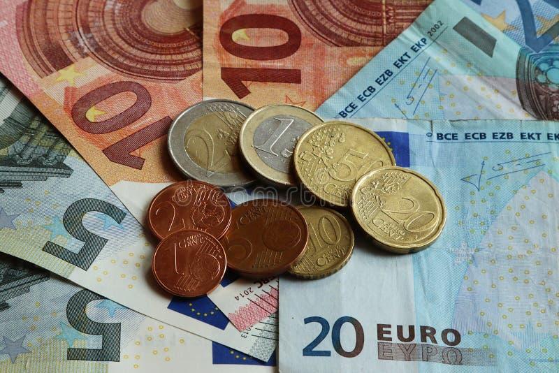 Différents typs d'euro pièces de monnaie sur différents typs d'euro billets de banque images stock
