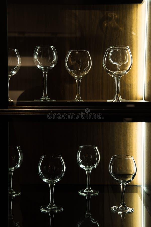 différents verres à vin sur des étagères dans la cuisine photos stock