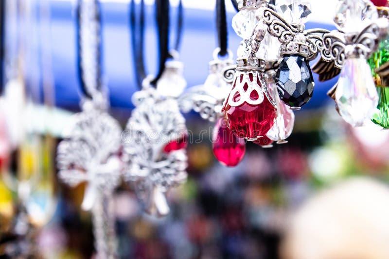 Diff?rents colliers de diverses formes et couleurs avec les pierres color?es sur un fond brouill? photo stock