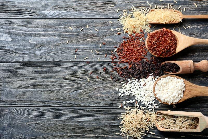 Diff?rents types de riz sur le fond en bois photos libres de droits