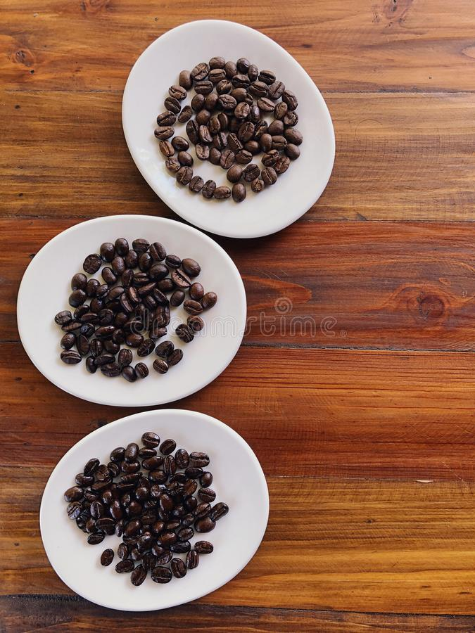 Differente degli arrosti dei chicchi di caffè Chicchi di caffè dell'arrosto fotografia stock libera da diritti