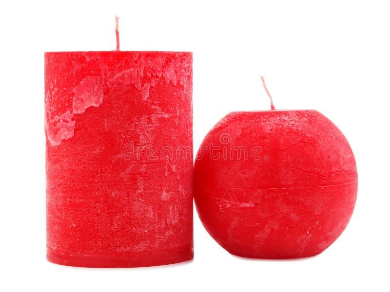 Differente due candele rosse della cera di diametro e la forma isolati su fondo bianco immagine stock libera da diritti