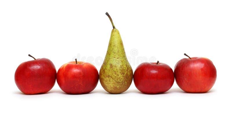 Differente - pera fra le mele verdi fotografie stock