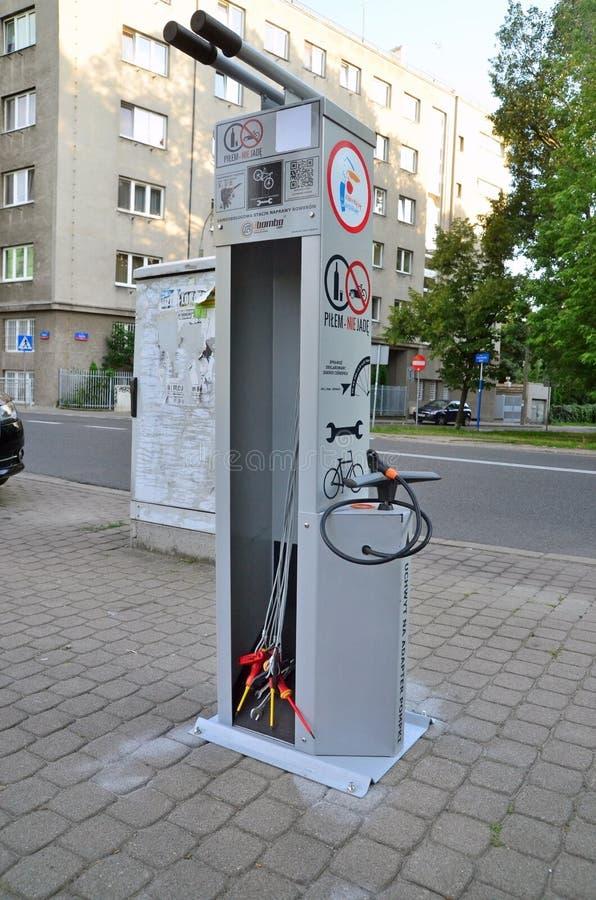 Difficulté de la bicyclette I il station à Varsovie photos libres de droits
