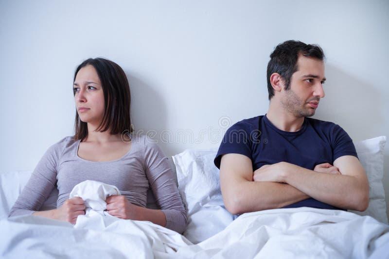Difficultés tristes de couples et de relations dans le lit photographie stock