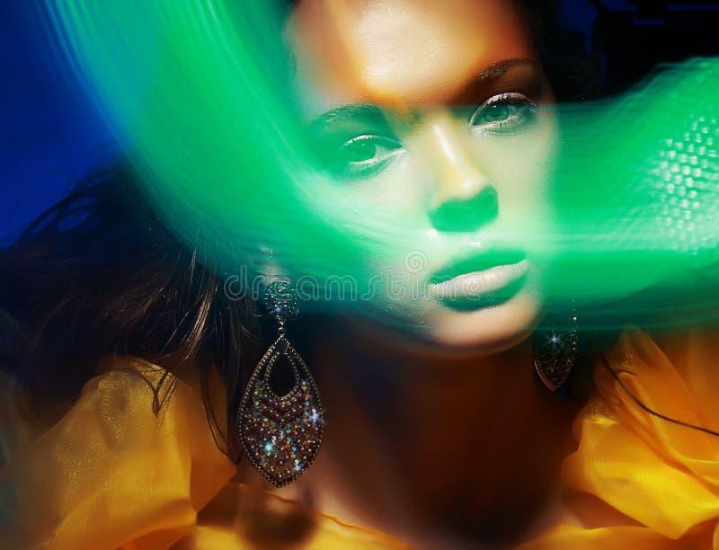 Diffus. Imagination. Silhouette du visage de la femme en brouillard magique de disco images libres de droits