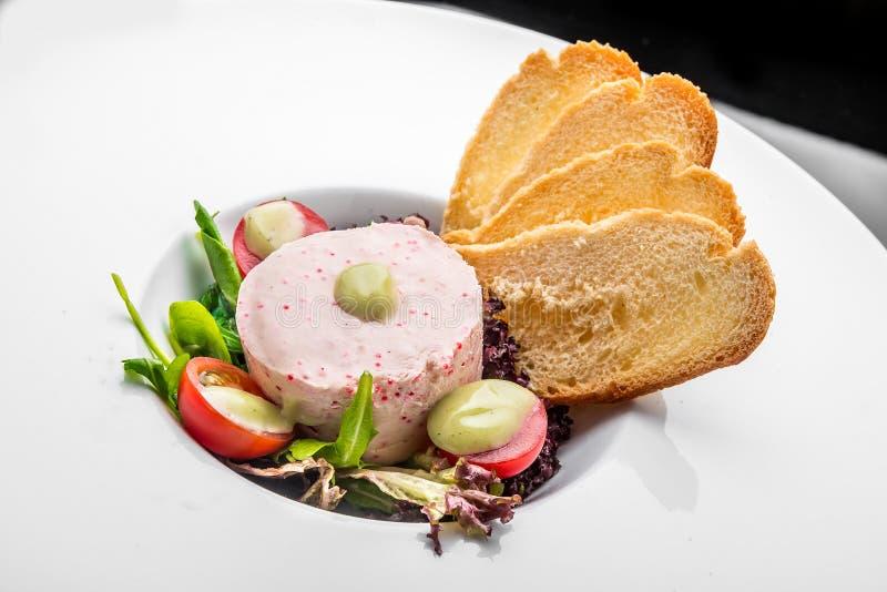 Diffusion de saumons fumés et de fromage à pâte molle, mousse, pâté dans un pot avec des biscuits image libre de droits