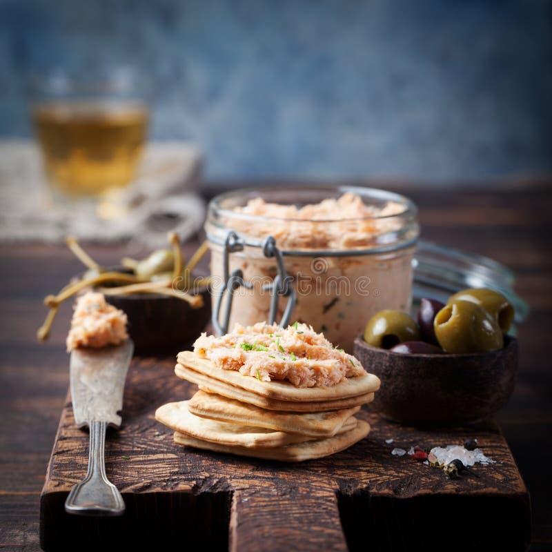 Diffusione di formaggio a pasta molle e del salmone affumicato, mousse, patè con i cracker immagine stock libera da diritti