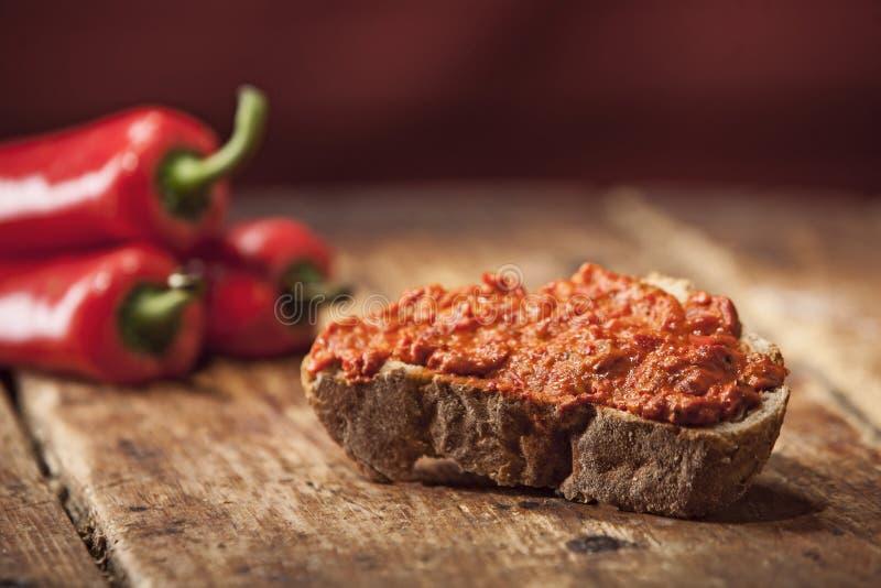 Diffusione di verdure del pepe su pane fotografia stock