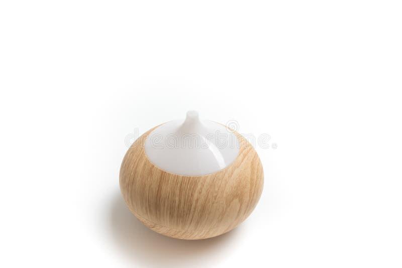 Diffusore di legno elettrico dell'olio dell'aroma isolato su fondo bianco fotografia stock