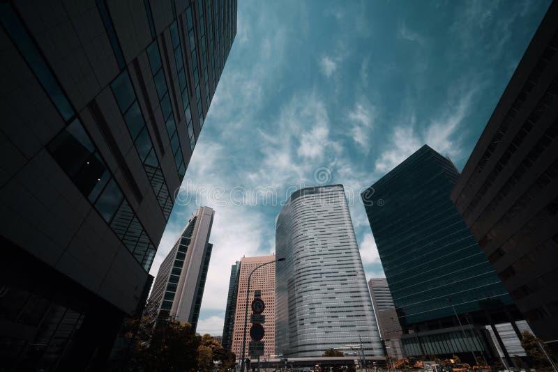 ?difices hauts au district des affaires ? Tokyo images stock