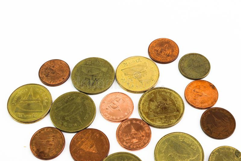 Difunda de las monedas de Tailandia en el fondo blanco imagen de archivo