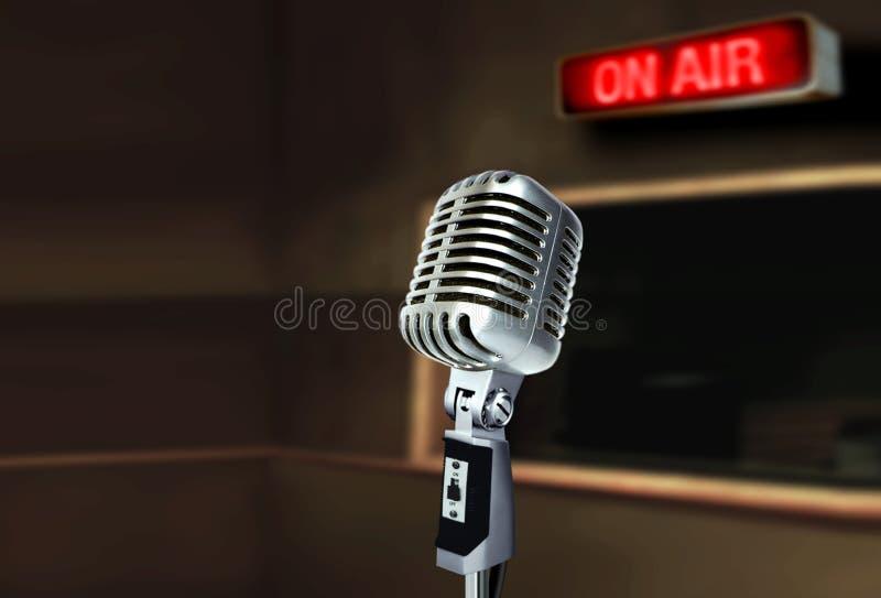 Difusión retra del micrófono viva en el aire fotos de archivo