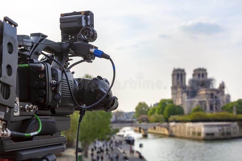 Difusión sobre Notre Dame Cathedral en París fotografía de archivo libre de regalías