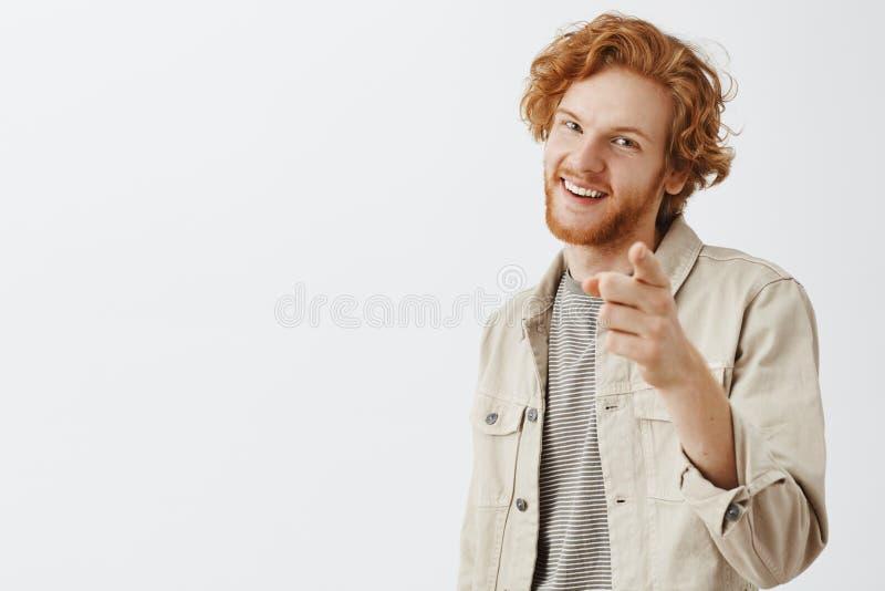 Dig ringräv Stående av den nöjda entusiastiska stiliga rödhårig manmannen med skägget och den krabba frisyren som pekar på kamera arkivbilder
