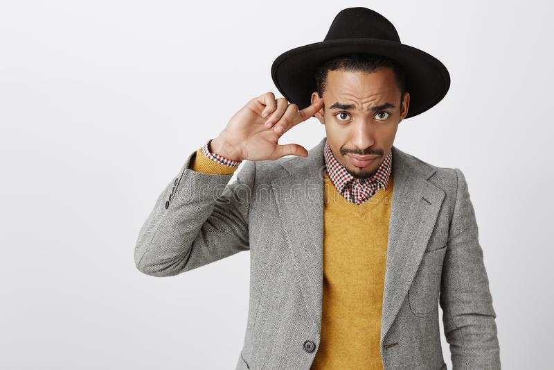 Dig som är borttappad din mening Stilig idérik pojkvän i moderiktig hatt och stilfulla dräkten som från under ser pannan med arkivfoton