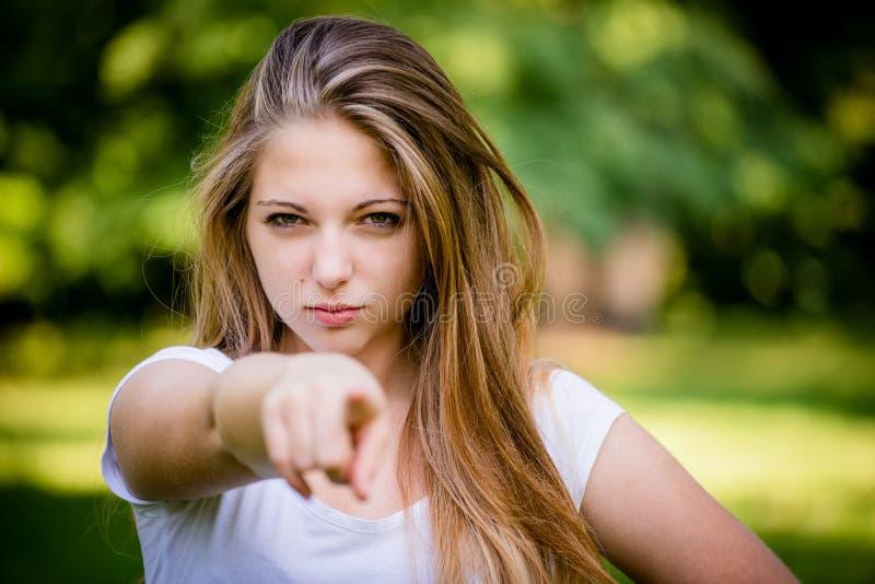 Dig - tonårig flicka som pekar med fingret royaltyfri fotografi