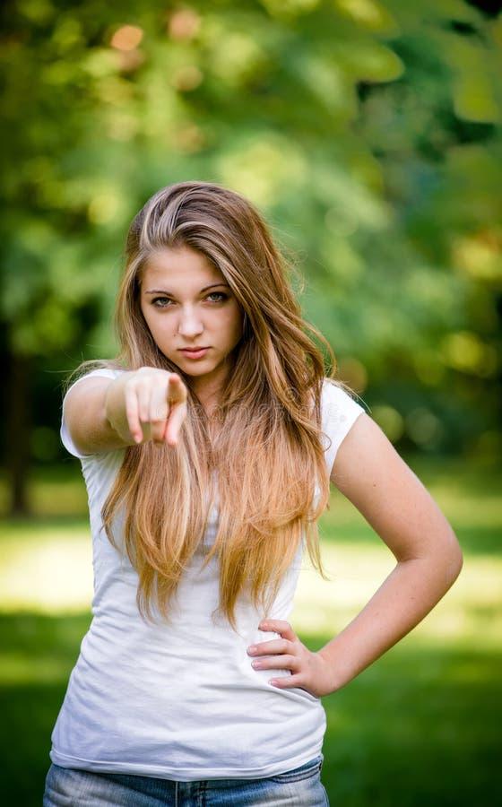 Dig - tonårig flicka som pekar med fingret arkivbild