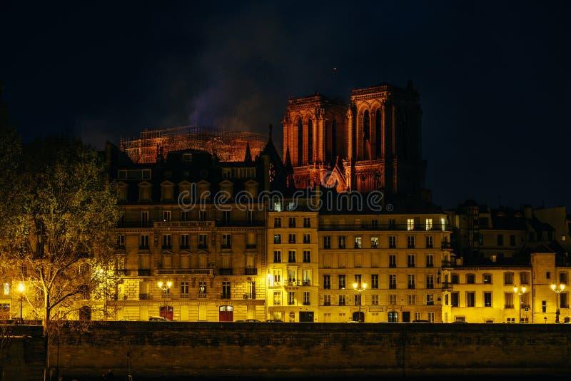 Diga bruciante de Parigi di Notre fotografie stock libere da diritti