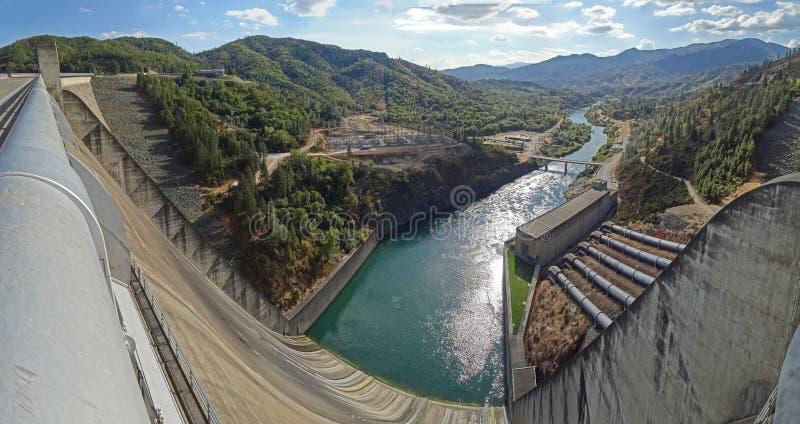 Diga, canale di scarico, centrale elettrica & River Valley di Shasta fotografie stock