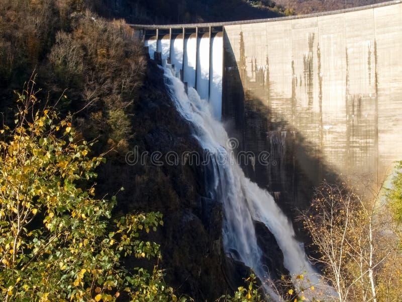 Diga contro di Verzasca, cascate spettacolari fotografia stock