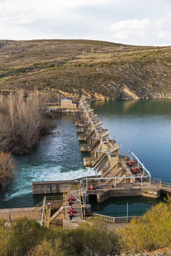 Diga del bacino idrico sul fiume immagini stock libere da diritti