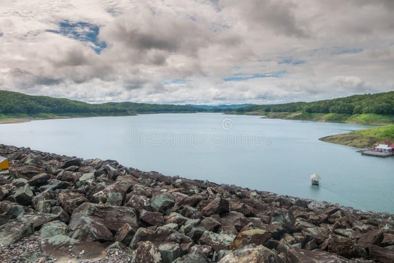 Diga del lago con il cielo nuvoloso fotografia stock