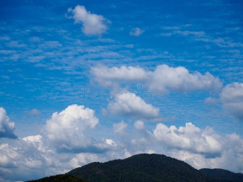 Diga dell'acqua, cielo luminoso fotografia stock