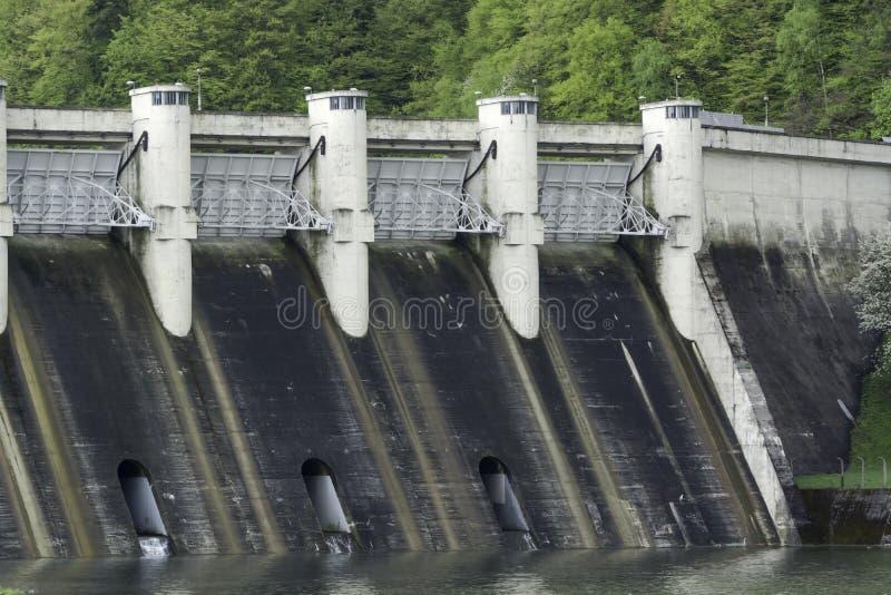 Download Diga di energia in un lago fotografia stock. Immagine di potenza - 30826472