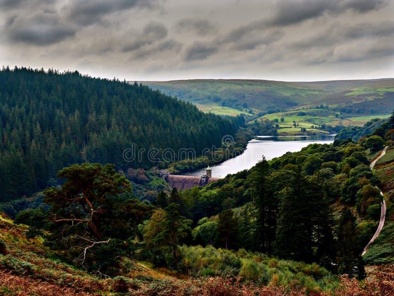 Diga di Penygarreg e bacino idrico Elan Valley Wales immagine stock