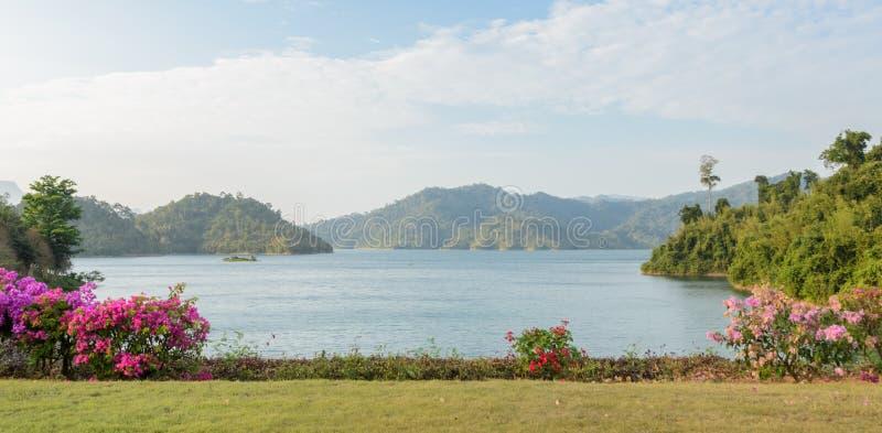 Download Diga Di Ratchaprapha Nella Provincia Di Surat Thani, Tailandia Immagine Stock - Immagine di foresta, nave: 56876825