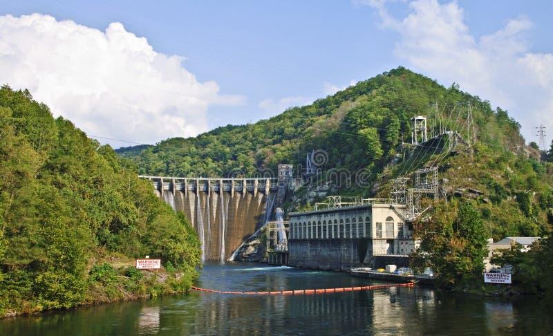 Diga idroelettrica nelle montagne fotografia stock