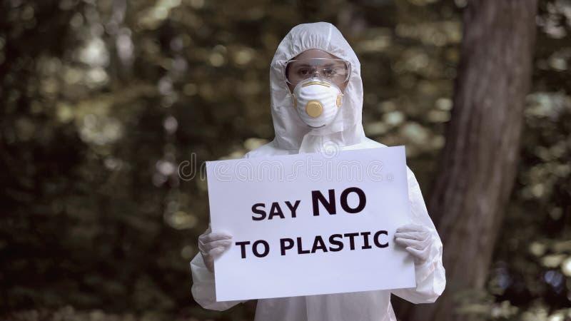 Diga não às mãos dos trabalhadores de placas de plástico, catástrofe ambiental, poluição fotografia de stock royalty free