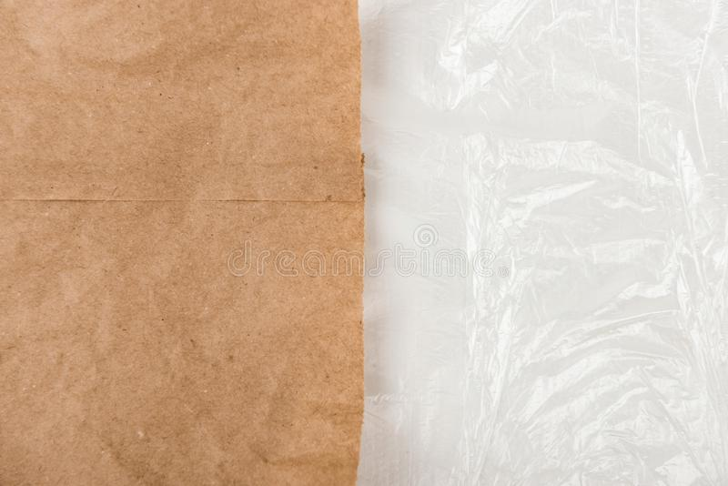 Diga não aos sacos de plástico, recicle o conceito, o saco de papel amigável de Eco e o pacote plástico, problema plástico foto de stock