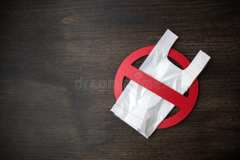 Diga n?o aos sacos de pl?stico, recicle e conceito do problema da polui??o foto de stock royalty free