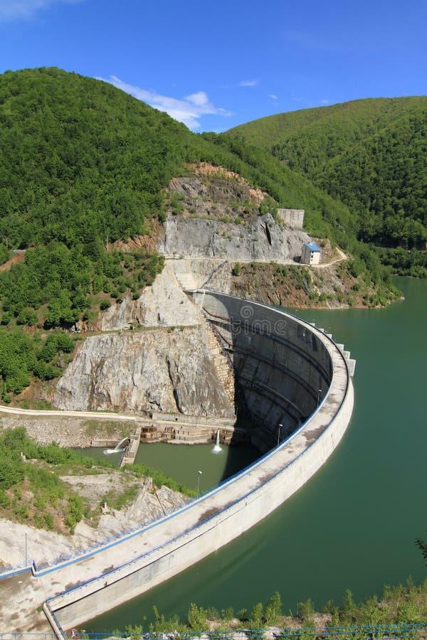 Diga nelle montagne che creano un lago artificiale fotografie stock libere da diritti